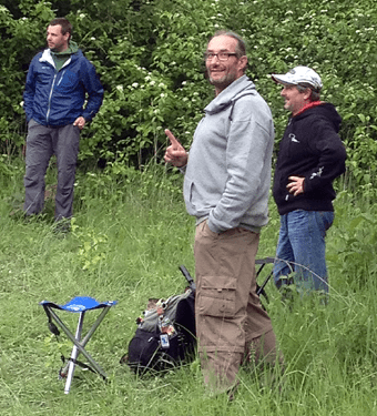 Michael Voglmeyer (M.) zeigtan, wie die Scheibe im ersten Wurf den Korb fand. Jörg Eberts und Dirk Haase 8r.) staunten.