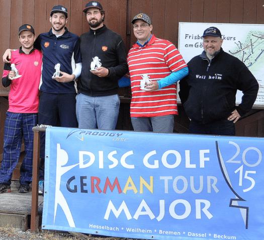 Günter Tanner (r.), Chef der Bavarian Airhawks, ehrte die DGA-Open-Sieger Dominik Stampfer (1., 2.v.l), Jerome Braun (2., l.) und die Dritten Torsten Baus (M.) sowie Ted Winkelbeiner.